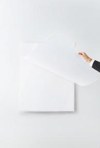 カレンダーをめくるビジネスウーマンの素材 [FYI01034143]