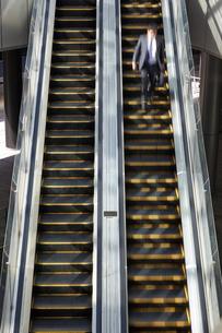 エスカレーターを歩くビジネスマンの素材 [FYI01034148]
