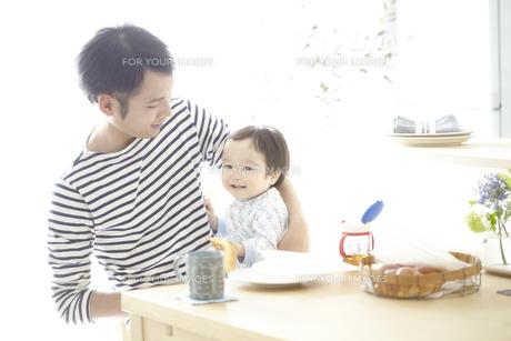 朝食を食べている父親と子供の素材 [FYI01034162]