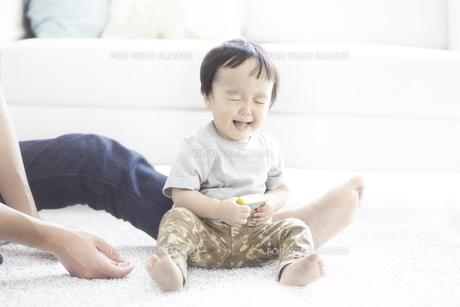 とびきりの笑顔で親と遊ぶ子供の素材 [FYI01034164]