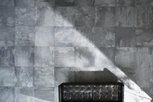 生活感のない広い床の上の素材 [FYI01034178]