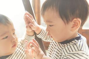 鏡を見ている子供の素材 [FYI01034188]