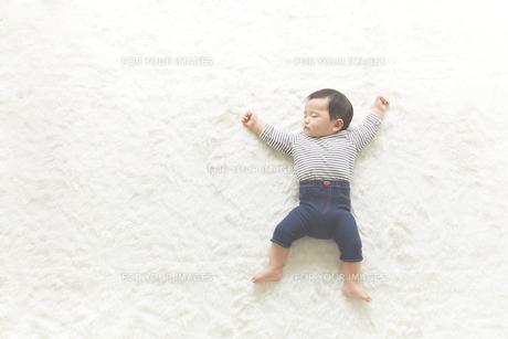 寝ている子供の素材 [FYI01034195]