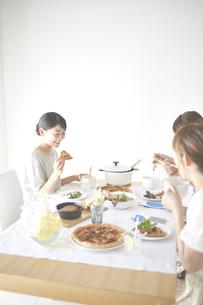 お家でランチする女性たちの素材 [FYI01034208]