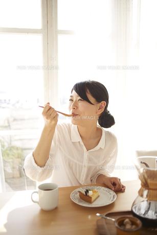 ケーキを食べている女性の素材 [FYI01034211]