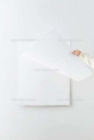カレンダーをめくる女性の素材 [FYI01034213]
