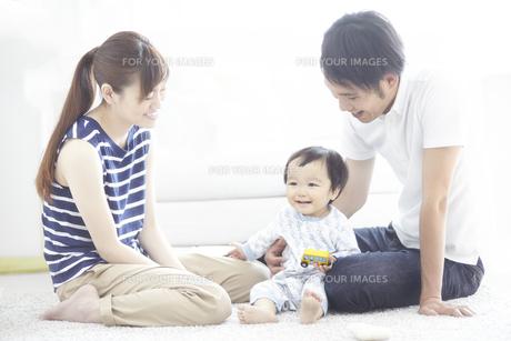 家族三人で遊ぶ団らんの時間の素材 [FYI01034244]