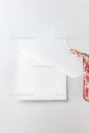 カレンダーをめくる着物を着た女性の素材 [FYI01034251]