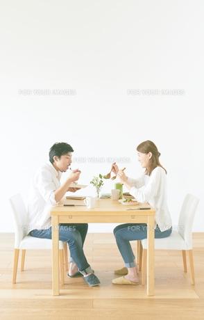 食事をする夫婦と白い壁と茶色の木の床の素材 [FYI01034256]