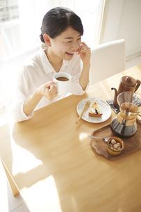 会話をしながらコーヒーを飲んでいるの素材 [FYI01034274]