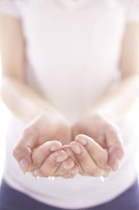 女性の手と水の素材 [FYI01034276]