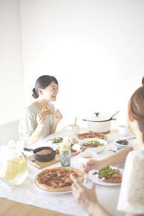 お家でランチする女性たちの素材 [FYI01034283]