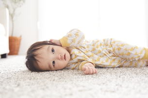 寝転んでいる赤ちゃんの素材 [FYI01034302]