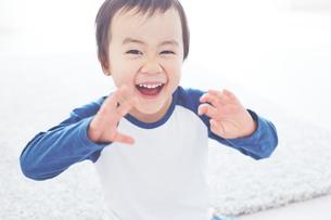 笑顔で手を振っている男の子の素材 [FYI01034306]