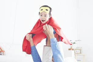 パパに飛行機をしてもらっているちびっこスーパーマンの素材 [FYI01034307]