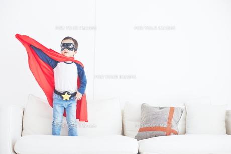 スーパーマンごっこをして楽しそうな子供の素材 [FYI01034313]