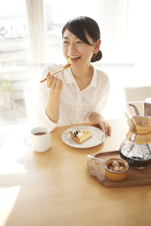 ケーキを食べている女性の素材 [FYI01034316]