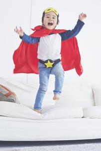 ソファーからジャンプするちびっこスーパーマンの素材 [FYI01034317]