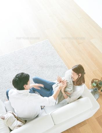 仲が良い夫婦と茶色の木の床の素材 [FYI01034321]