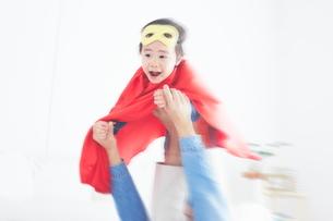 パパに飛行機をしてもらっているちびっこスーパーマンの素材 [FYI01034325]