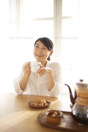 コーヒーを飲んでいる女性の素材 [FYI01034342]