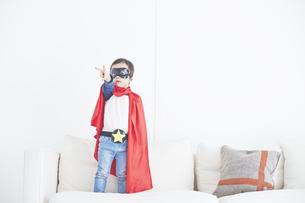 スーパーマンごっこをして楽しそうな子供の素材 [FYI01034367]