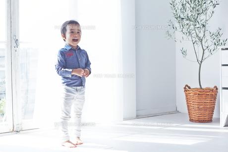 ママを呼んでいる男の子の素材 [FYI01034376]