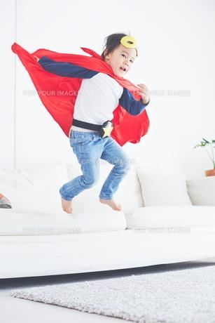 スーパーマンごっこをして楽しそうな子供の素材 [FYI01034386]