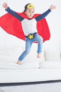ソファーからジャンプするちびっこスーパーマンの素材 [FYI01034388]