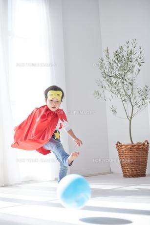 ボールで遊んでいるちびっこスーパーマンの素材 [FYI01034395]