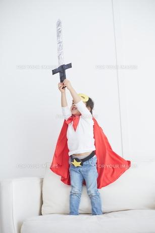 剣のおもちゃで遊ぶちびっこスーパーマンの素材 [FYI01034400]