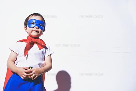 スーパーマンになりきっている男の子の素材 [FYI01034406]