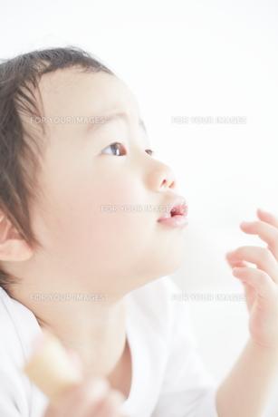おやつを食べている男の子の素材 [FYI01034408]