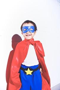 スーパーマンごっこをして喜んでいる子供の素材 [FYI01034420]