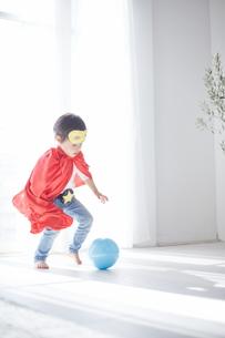 ボールで遊んでいるちびっこスーパーマンの素材 [FYI01034430]