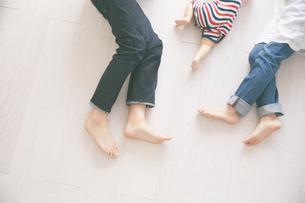 寝転んでいる家族の素材 [FYI01034442]