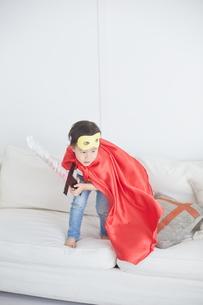 剣のおもちゃで遊ぶちびっこスーパーマンの素材 [FYI01034454]