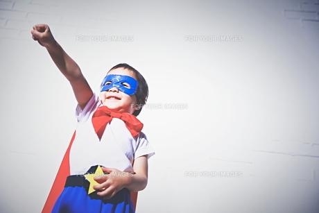 スーパーマンになりきっている男の子の素材 [FYI01034455]
