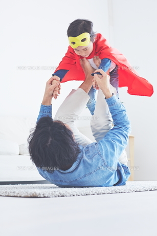 パパに飛行機をしてもらっているちびっこスーパーマンの素材 [FYI01034472]