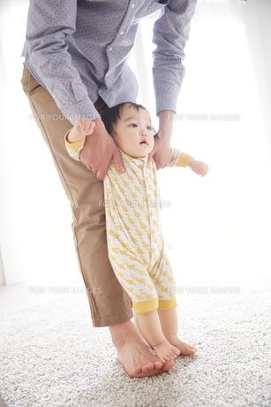 父親と歩く練習をしている赤ちゃんの素材 [FYI01034507]