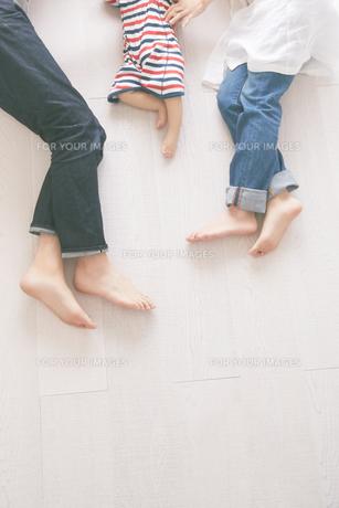 寝転んでいる家族の素材 [FYI01034513]