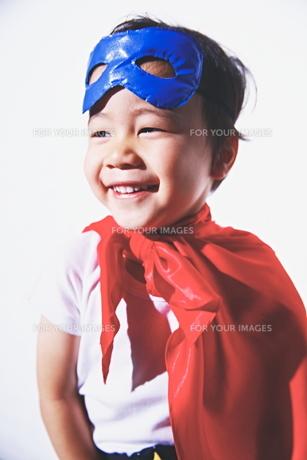 スーパーマンごっこをして楽しそうな子供の素材 [FYI01034515]