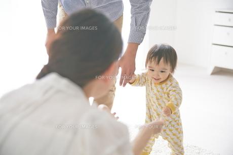 母親に向かって歩いている赤ちゃんの素材 [FYI01034517]