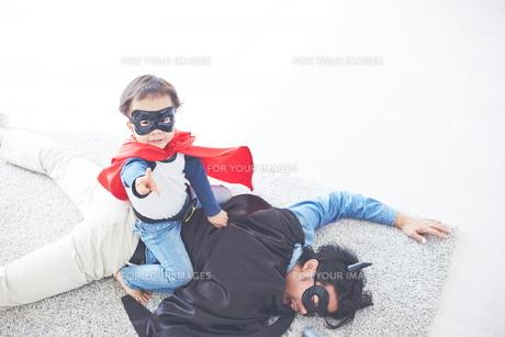 悪者をやっつけたちびっこスーパーマンの素材 [FYI01034549]