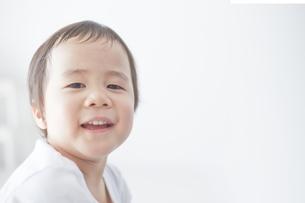 嬉しそうな男の子の素材 [FYI01034568]