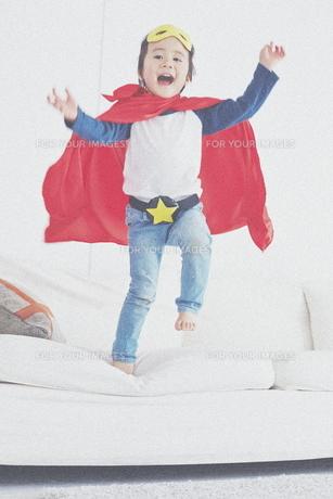 ソファーからジャンプするちびっこスーパーマンの素材 [FYI01034595]