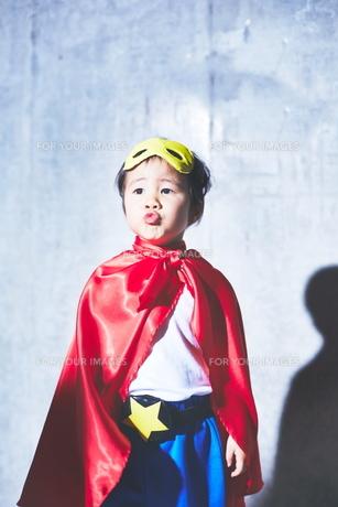 スーパーマンごっこに飽きてきた男の子の素材 [FYI01034693]