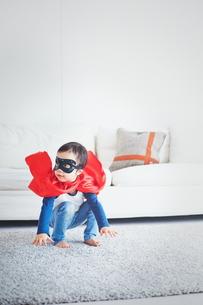 ソファーからジャンプするちびっこスーパーマンの素材 [FYI01034806]