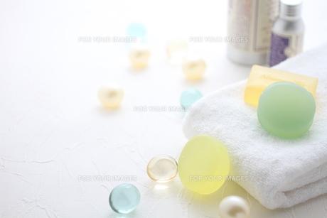 タオルと石鹸とバスキューブとボディパウダーの素材 [FYI01037861]