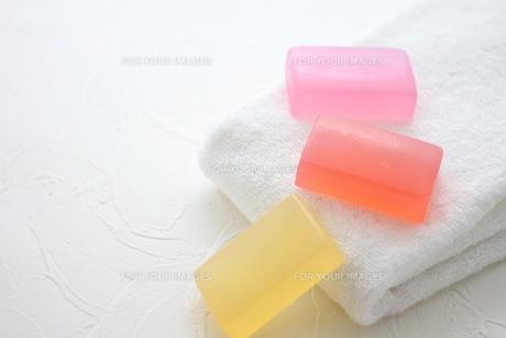 白いタオルと石鹸の素材 [FYI01037890]